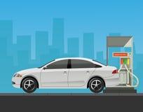 Gasolinera con el coche en fondo de la ciudad Fotos de archivo