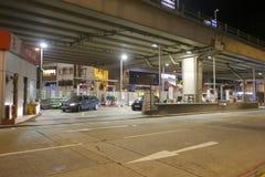 Gasolinera de Sinopec bajo paso superior en la noche Fotos de archivo