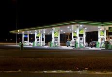 Gasolinera en la noche Imagen de archivo libre de regalías