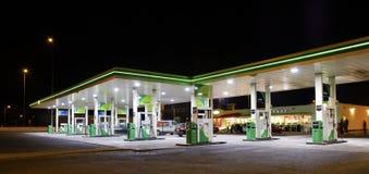 Gasolinera en la noche Imágenes de archivo libres de regalías