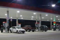 Gasolinera en la noche fotografía de archivo