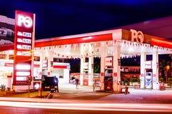 Gasolinera en la noche Fotos de archivo