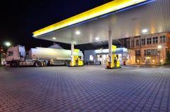 Gasolinera por noche Fotos de archivo libres de regalías
