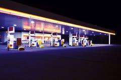 Gasolinera por noche Imágenes de archivo libres de regalías
