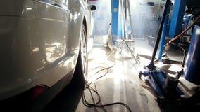 Gasolinera profesional en el mediodía soleado - coche blanco grande del coche que se coloca interior, granangular metrajes