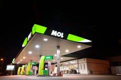 Gasolinera vacía por noche Fotos de archivo