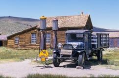 Gasolinera y camión de Bodie foto de archivo