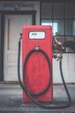 Gasolineras clásicas del rojo del vintage Imagen de archivo