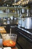 Gaspacho in keuken royalty-vrije stock fotografie