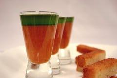 Gaspacho und Basilikumöl Stockfotografie