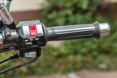 Gaspedal eines Motorrads und der Lichter und des Horns lizenzfreies stockbild