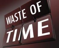 Gaspillage de mots de temps renversant l'effort perdu inefficace d'horloge de tuile Images libres de droits