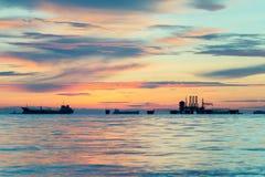 Gasplattform eller riggplattform i solnedgång arkivfoton