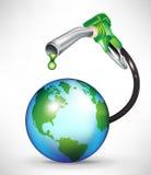 Gaspumpe, die grünes Schmieröl auf Erdekugel droppping ist Lizenzfreies Stockfoto