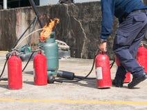 Gasrörbrännskada medan hållande brandsläckare för brandman i branddr Royaltyfria Foton