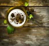 Gass av kallt öl med flygturer royaltyfri bild
