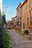 Gasse in Chiusdino mittelalterlichem Dorf Lizenzfreie Stockbilder