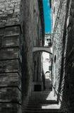 Gasse in der alten Steinstadt in Italien Lizenzfreie Stockbilder