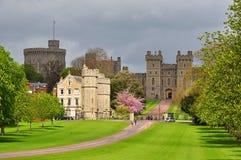 Gasse des weiten Spaziergangs zu Windsor-Schloss im Frühjahr, London-Vororte, Großbritannien stockbild