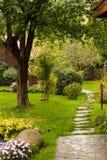 Gasse in einem ruhigen Garten Lizenzfreies Stockbild
