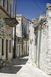 Gasse in einem ruinierten Dorf Stockbild