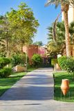 Gasse in einem schönen tropischen Park in Ägypten Stockbilder