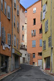 Gasse in Grasse in Frankreich lizenzfreie stockfotografie