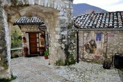 Gasse in Greccio mit St- Francisfarbe stockfoto