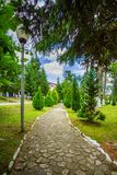 Gasse im Garten mit Steinen lizenzfreie stockfotografie