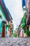 Gasse mit bunten Häusern in Elsass Stockfotos