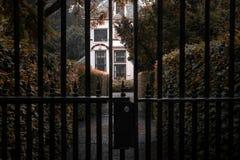 Gasse mit einer Villa hinter Zaun stockfoto
