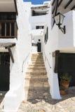 Gasse mit Schritten eines Fischerdorfes, Menorca, Spanien Stockfotos
