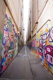 Gasse mit vielen Graffiti lizenzfreie stockfotos