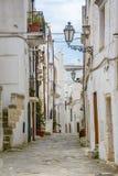 Gasse in Ostuni, Puglia, Italien Stockfotos