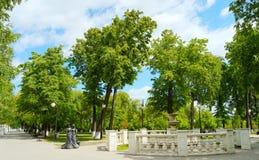 Gasse und alter Brunnen im Park, Tyumen Stockfoto