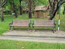 Gasse und Bank des Gartens Schöner Frühlingspark Grüner Park Lizenzfreie Stockfotos