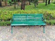 Gasse und Bank des Gartens Schöner Frühlingspark Grüner Park Lizenzfreie Stockbilder