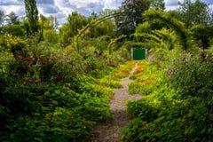 Gasse von Blumen in Monet-` s Garten in Giverny, Normandie, Frankreich lizenzfreie stockbilder