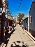 Gasse zwischen Bungalows in der alten Stadt lizenzfreies stockfoto