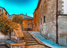 Gassen des Bergdorfes in Toskana bis zum Nacht Stockbild