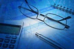 Gassenpen en calculator op financiële grafiek en grafiek Royalty-vrije Stock Foto