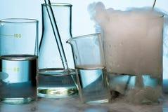 Gassware tijdens experiment met dampuitbarsting Stock Fotografie