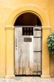 Gast-nur Zeichen auf Holztür Stockfotos