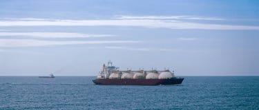 Gastankfartyg på skymning Arkivbild