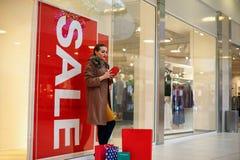 Gastar dinero de la mujer de Shopaholic para hacer compras en la alameda de compras Imagenes de archivo