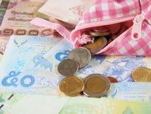 Gaste o dinheiro com a bolsa cor-de-rosa e branca Fotos de Stock Royalty Free