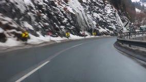 GASTEIN, ÖSTERREICH AM 4. FEBRUAR 2017: nebeliger Tag, ro hoher Berg des Winterschnees stock video footage