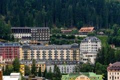 GASTEIN MAU, ÁUSTRIA, O 5 DE AGOSTO DE 2018: Vista dos hotéis no gastein mau austríaco dos termas e da estância de esqui fotografia de stock