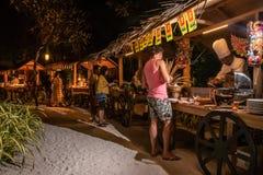 Gasten die voedsel plukken tijdens de internationale opstelling van het keukendiner in openlucht bij het tropische eilandrestaura royalty-vrije stock fotografie