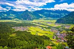 Gasthaus River Valley und Stadt von Wiesing-Ansicht stockbild